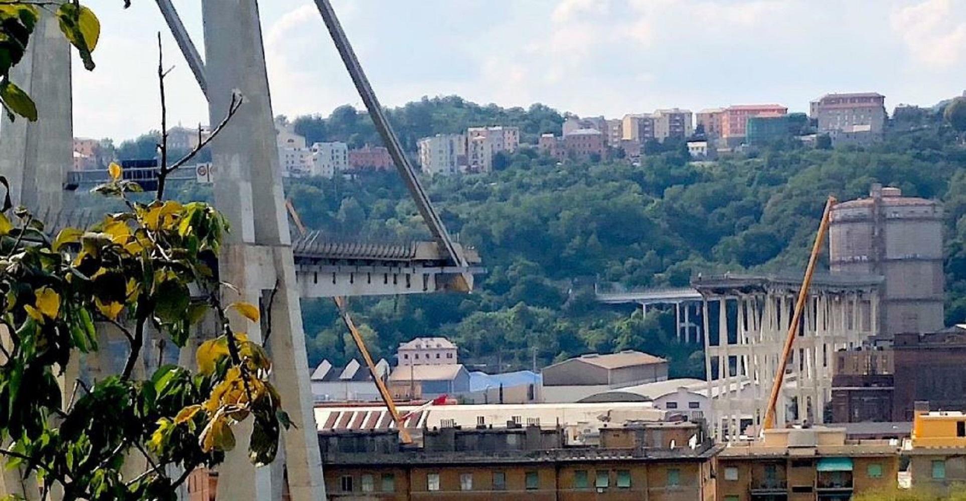 Demolizione ponte morandi lanciato l 39 allarme amianto for Scopa sul divano