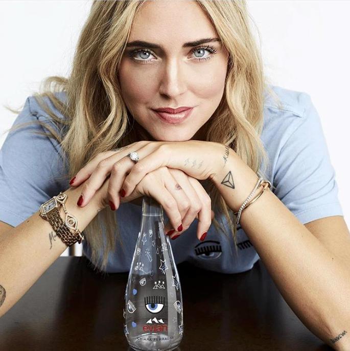 Chiara Ferragni e la bottiglia di acqua Evian