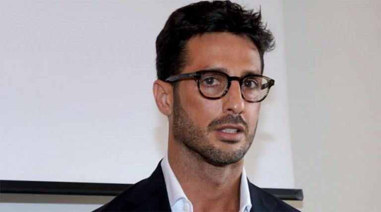 Fabrizio Corona riceve il Tapiro da Striscia dopo il 'caso donazione'