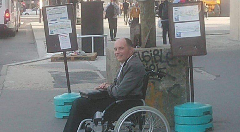 Nessuno fa salire disabile sul bus, autista lascia tutti a piedi