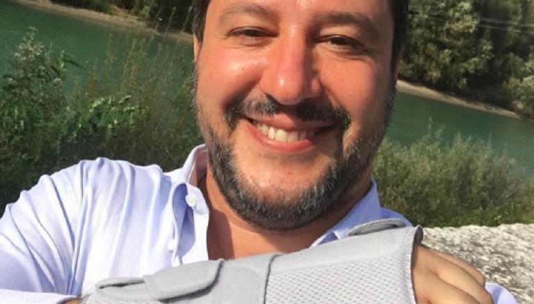 Salvini col polso fratturato
