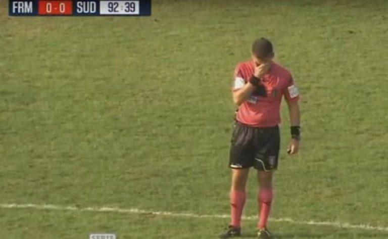 arbitro lacrime piange partita