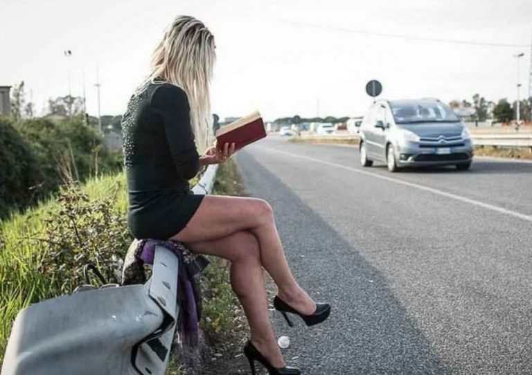Picchiato dalla prostituta e dal suo protettore: arrestati