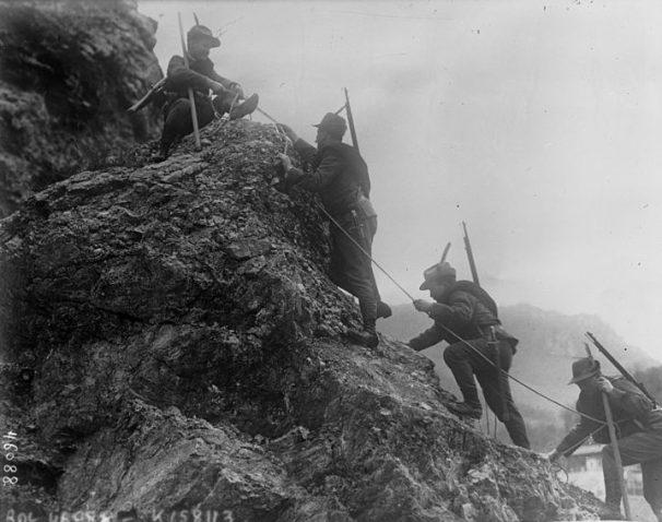 Alcuni alpini del Regio Esercito