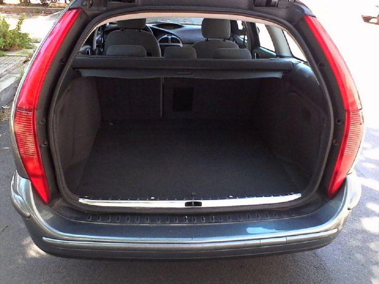 Mamma partorisce e nasconde la figlia per 2 anni nel bagagliaio dell'auto