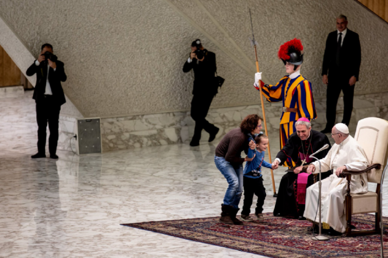 Papa Francesco, imprevisto in Vaticano: bambino sul palco