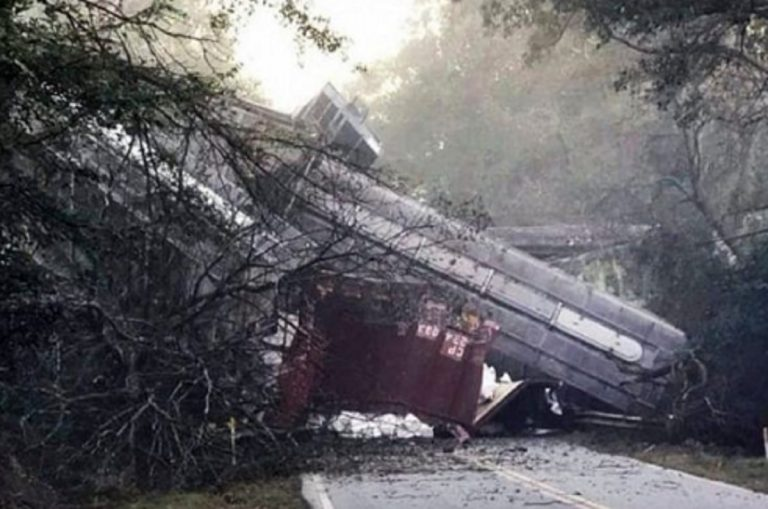 Usa, deraglia un treno in Georgia: carrozze cadono sulla strada