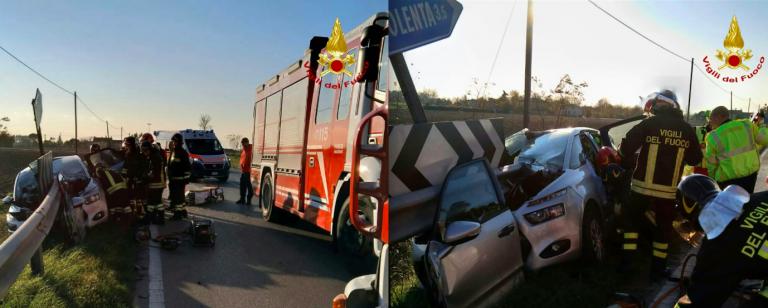 incidente guardrail trapassa auto
