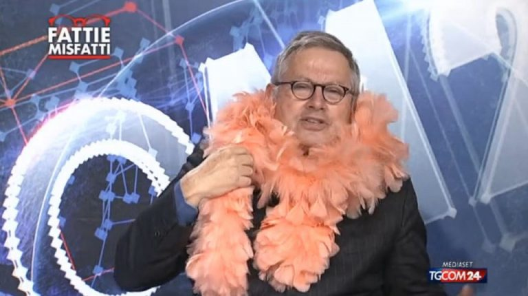 Paolo Ligguori indossa il boa in diretta
