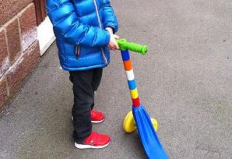 Venezia, multa a bimbo di 4 anni: andava in monopattino