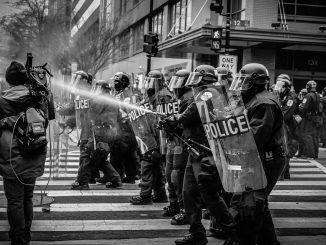 La polizia in assetto antisommossa placa i tafferugli