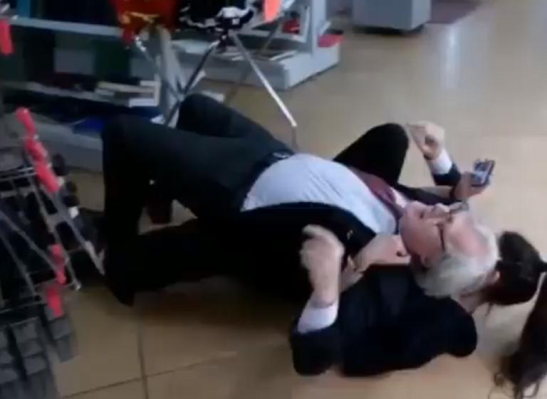 Viterbo, Vittorio Sgarbi si rotola a terra con la sua assistente