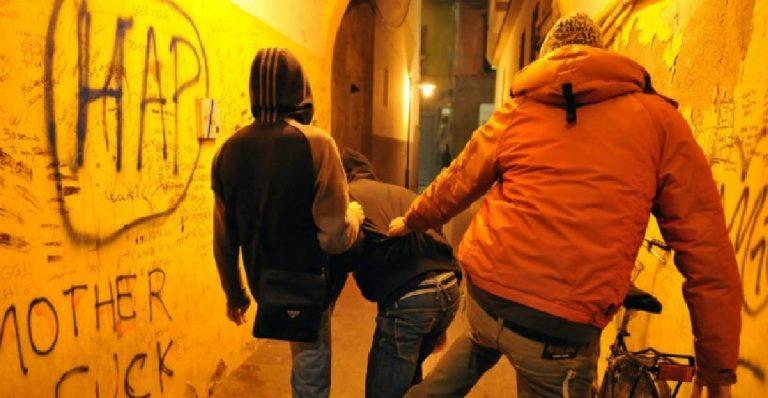 Ragazzo sequestrato, pichhiato e torturato da 4 coetanei