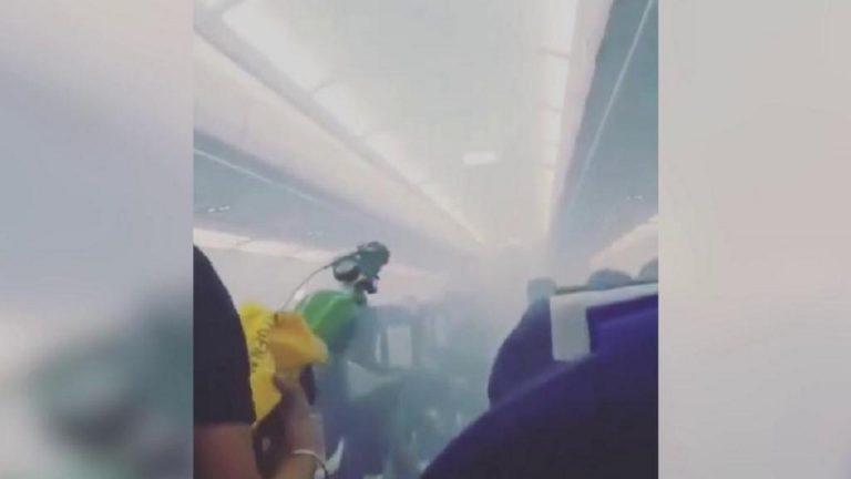 India, la cabina dell'aereo si riempie di fumo: atterraggio d'emergenza