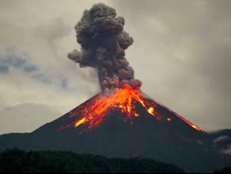 Bali, il vulcano Agung erutta una colonna di fumo e cenere