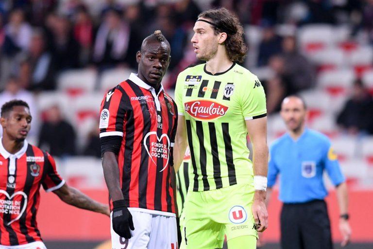 Mario Balotelli contro i tifosi del Milan
