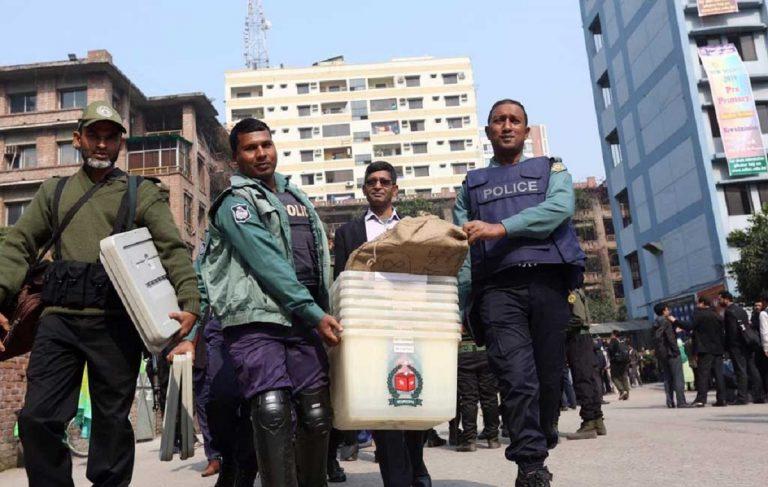 Elezioni in Bangladesh, 16 morti. Vince Hasina