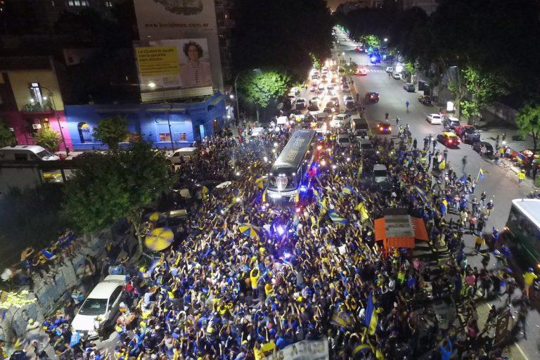 Boca Juniors, il pazzesco abbraccio dei tifosi
