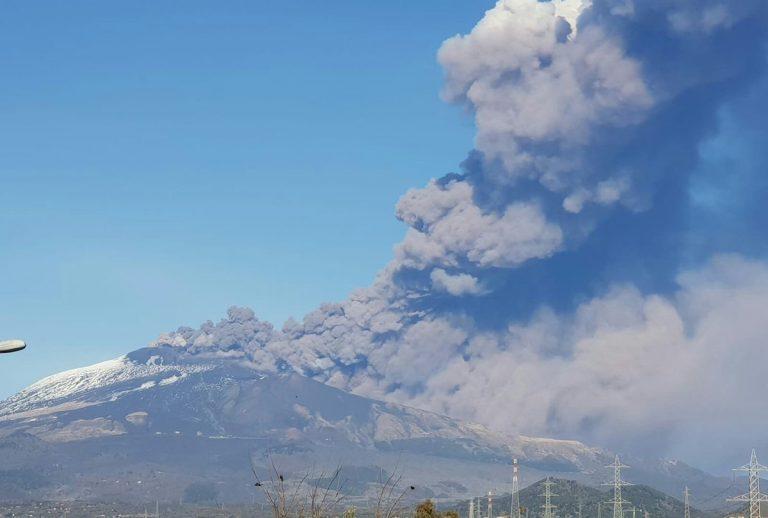 L'Etna erutta alla vigilia di Natale