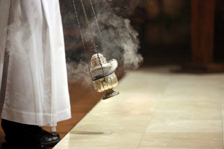 Marijuana al posto dell'incenso parroco intossicato