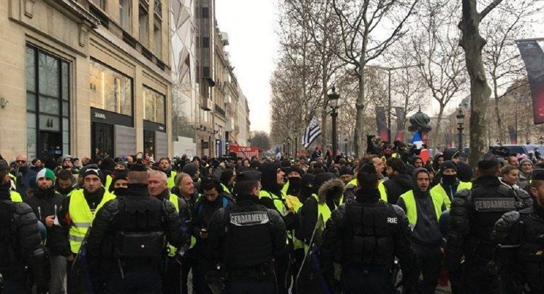 Parigi, scontri tra gilet gialli e polizia: lacrimogeni