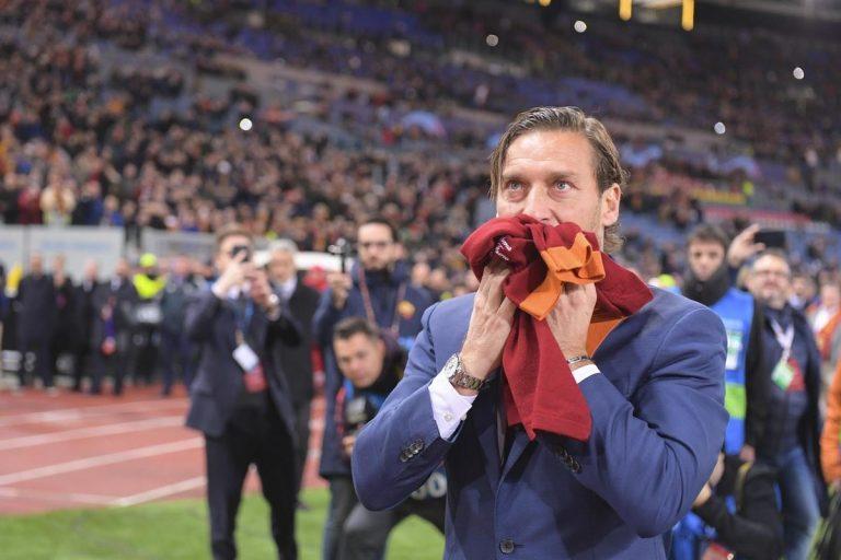 Francesco Totti si commuove visitando una bimba malata