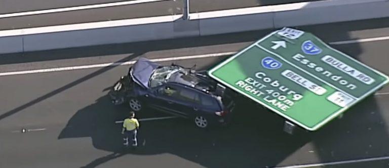 Australia, tragedia sfiorata: cartello stradale cade su auto in corsa