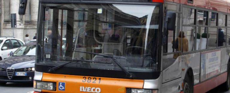 Pavia, incidente tra un'auto e un bus di alunni: 13 contusi