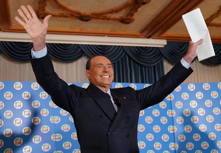 """Berlusconi: """"Meno male che non mi hanno stretto l'uccello"""""""