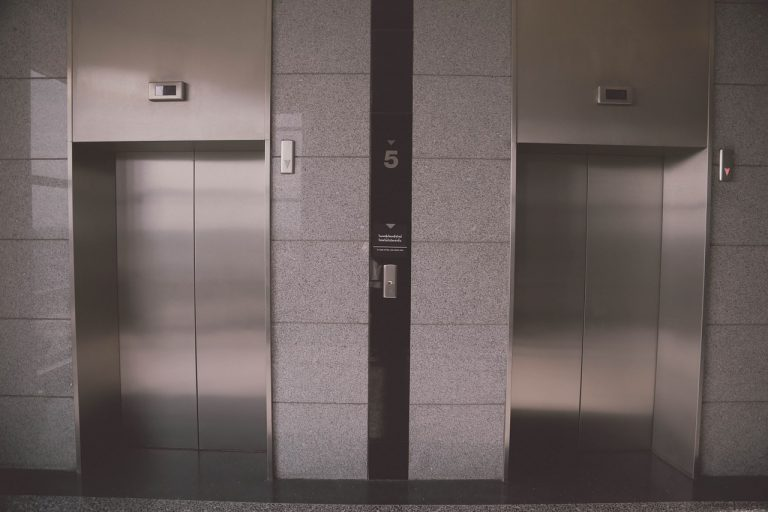 Bimbo schiacciato dall'ascensore
