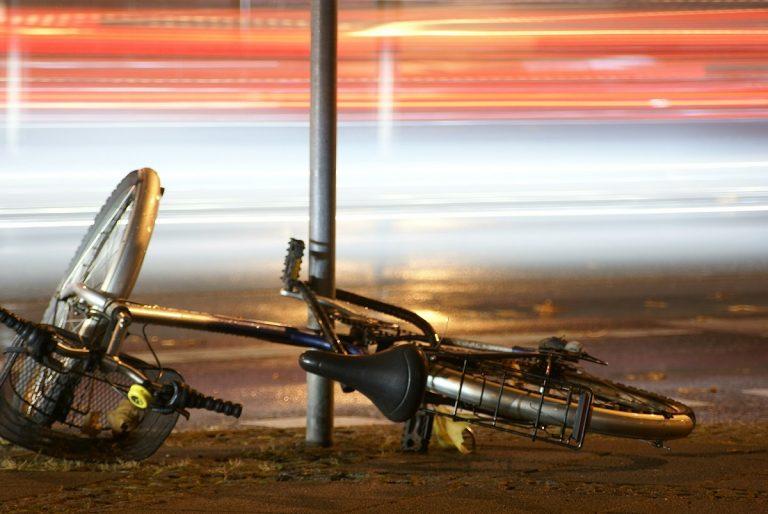 Giovane in bici investito a Roma