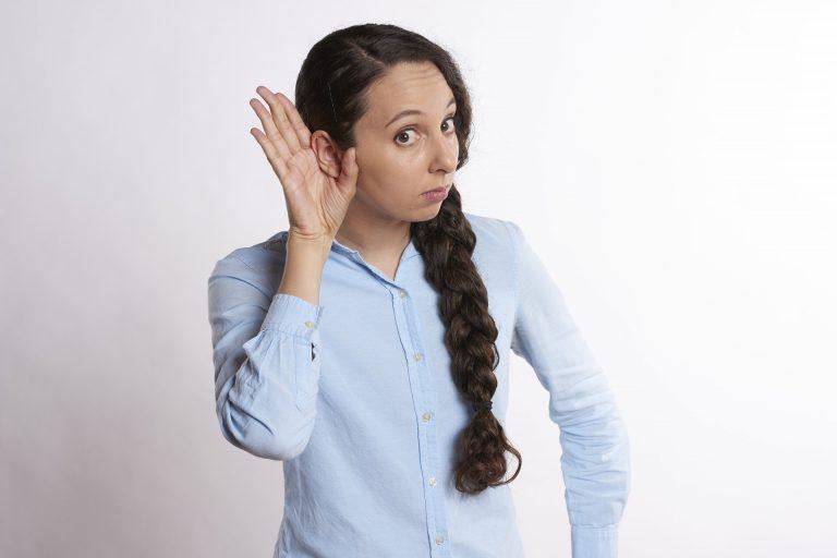 Perché fischiano le orecchie? I sintomi e la migliore cura naturale