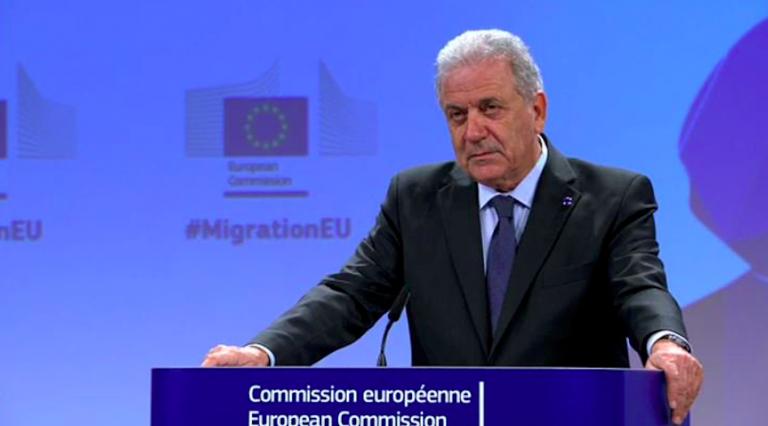 Migranti, Avramopoulos incontra il governo per i ricollocamenti
