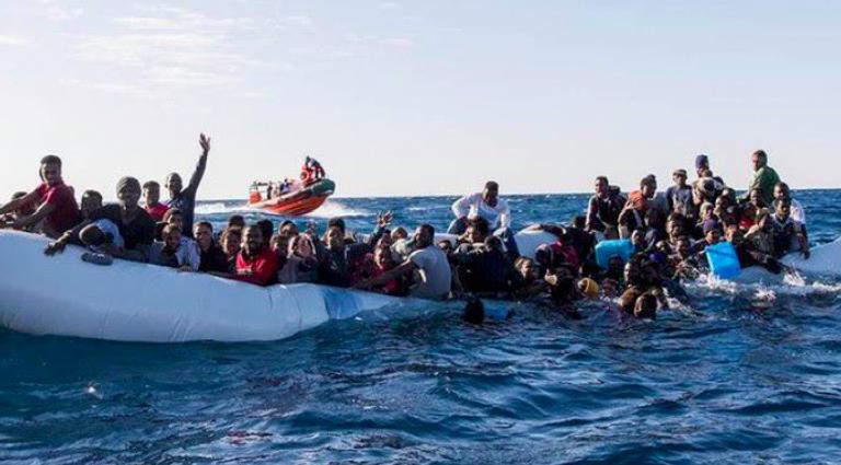 Migranti, barcone in avaria