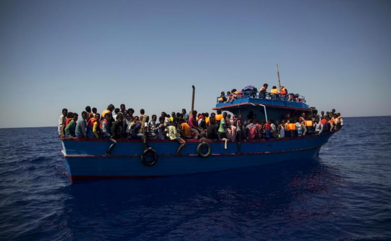 Migranti, barcone in avaria salvato dalla Libia