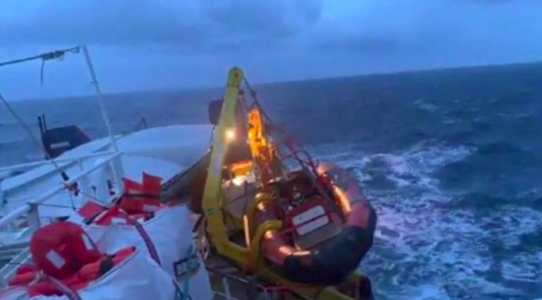 Migranti, Sea Watch in acque italiane per il maltempo