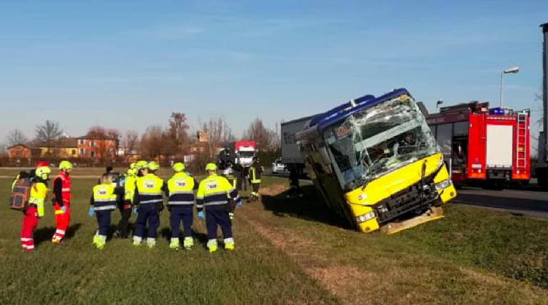 Modena, incidente tra bus e due camion
