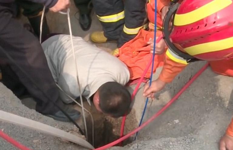 Cina, bimbo caduto in un posso mentre giocava: salvato dai pompieri