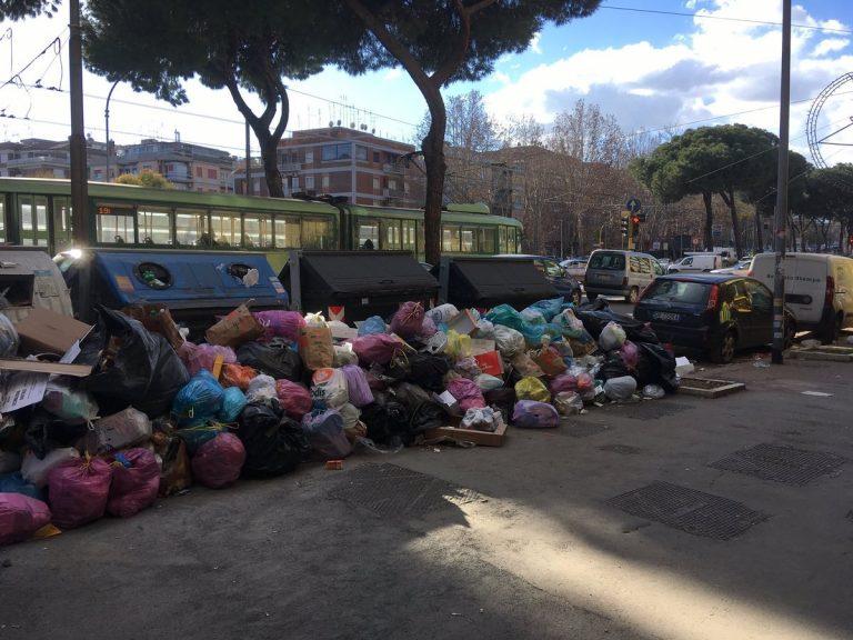 """Rifiuti a Roma, i presidi: """"Non apriamo le scuole"""""""