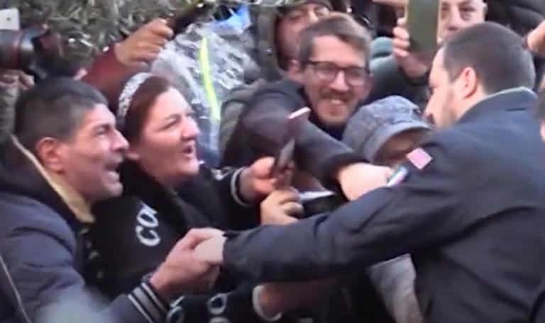 Afragola, Salvini riceve baciamano da un suo elettore