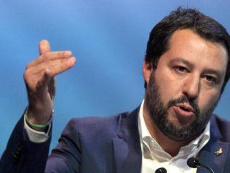 Salvini vuole reintrodurre l'obbligo del grembiule a scuola