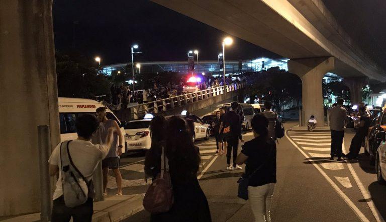 Terrore in aeroporto, uomo armato di coltello sparato dalla polizia