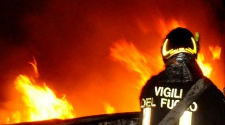 ardea accende camino casa fuoco