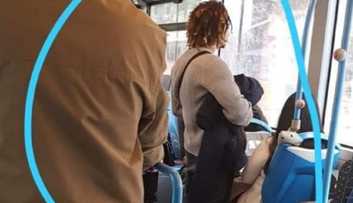 spagna, giovane si masturba su un bus ed eiacula su una ragazza.
