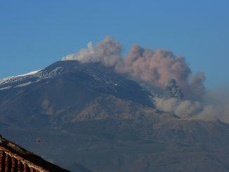 Sicilia, eruzione di cenere dall'Etna: l'aeroporto non chiude