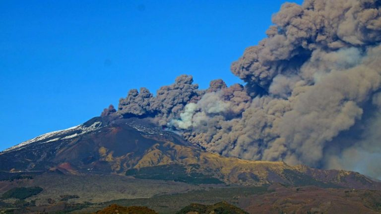 Sicilia, l'Etna riprende a emettere cenere: chiuso un settore aereo