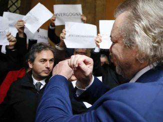 Caso Diciotti, no al processo a Salvini: le proteste del Pd