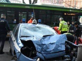 Milano, 2 auto della Polizia travolte da un autobus