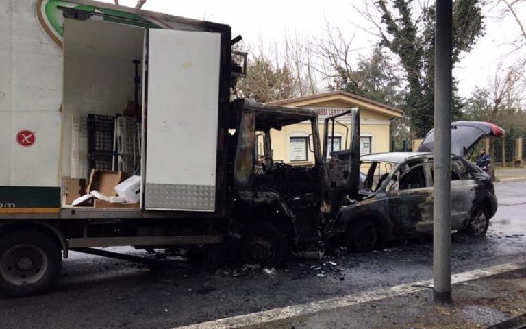 Roma, frontale a Tor di Quinto: feriti gli autisti, veicoli in fiamme