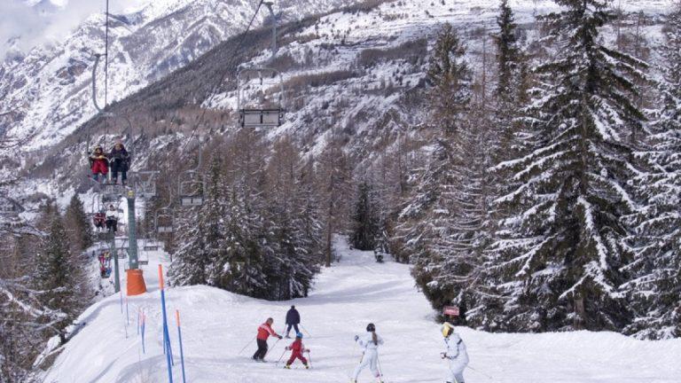 Cogne, incidente sugli sci: ragazza di tredici anni si schianta contro un albero e muore